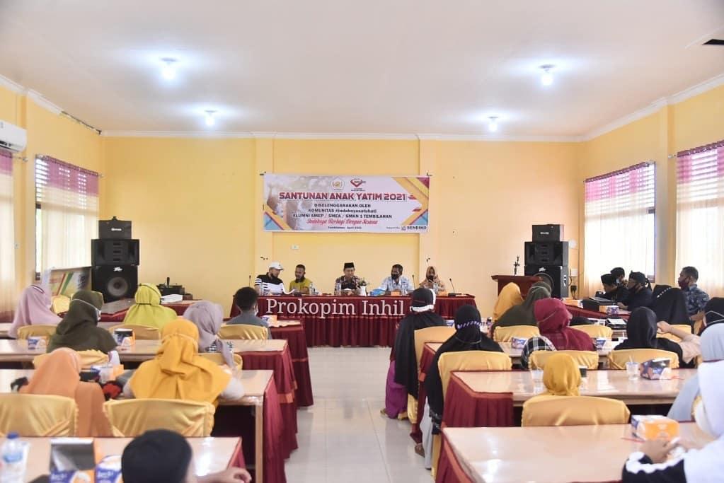 H.Syamsuddin Uti Ketua Dewan Pembina Komunitas Indahnya Satu Hati SMKN 1 Tembilahan Santuni Anak-anak Yatim